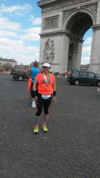 MP, sa médaille, l'Arc de TRIOMPHE après le marathon