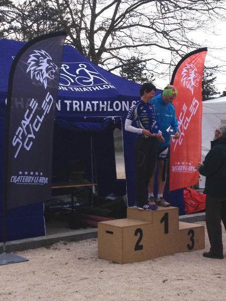 Manu avec son trophée de championne de Bourgogne de duathlon