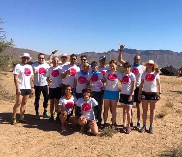 Alice, Agnès et François entourés des autres marathoniens courant pour le point rose