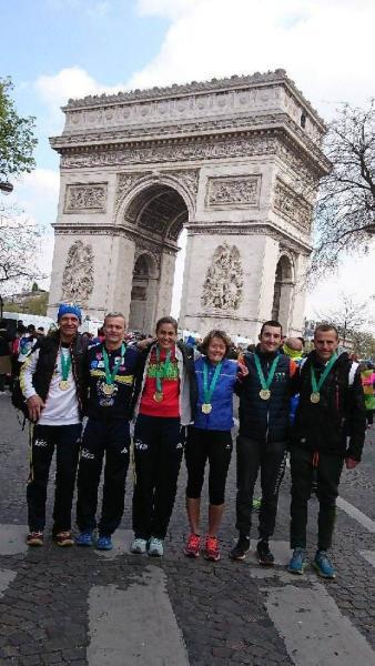 Nos finishers devant l'Arc de Triomphe