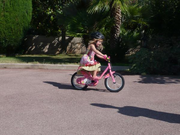 Clémence a 4 ans et sait faire du vélo sans roulettes