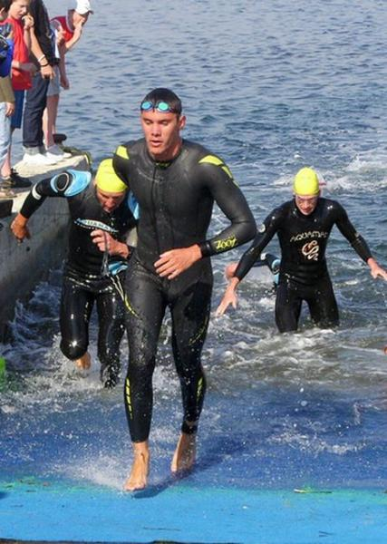 Romain sortie de l'eau triathlon de Saint Tropez