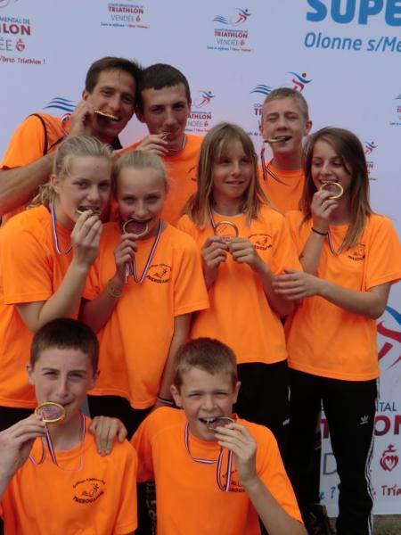 les 2 équipes de duathlon et triathlon