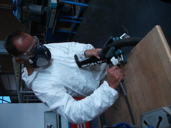 Christophe Chiron en plein travail sur le guidon.