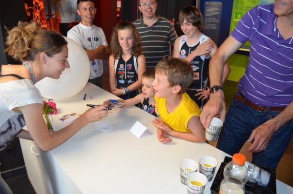Signature des autographes avec Marie Amélie LE FUR