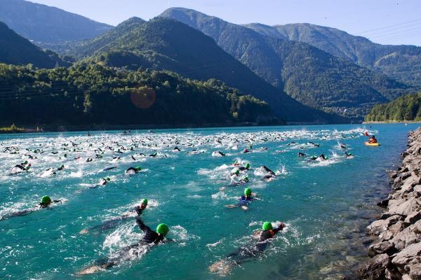 Partie natation du tri de l'Alpe d'Huez dans un cadre naturel exceptionnel...