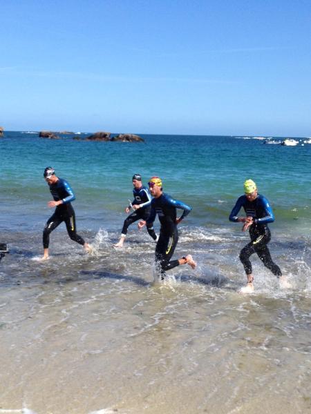 Warren HARAN à la sortie de l'eau (2eme position à partir de la gauche)